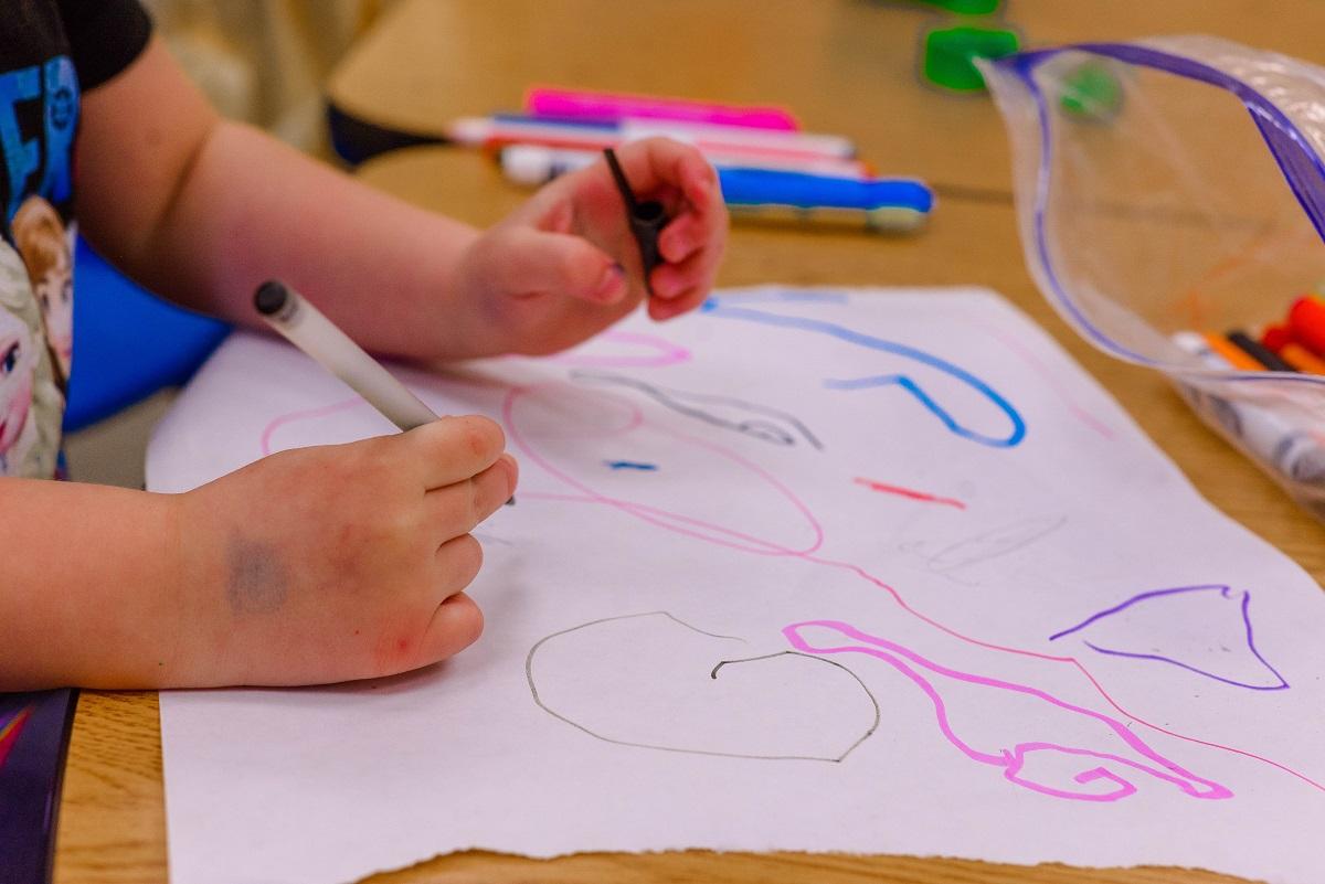 Rapaza pintando na escola