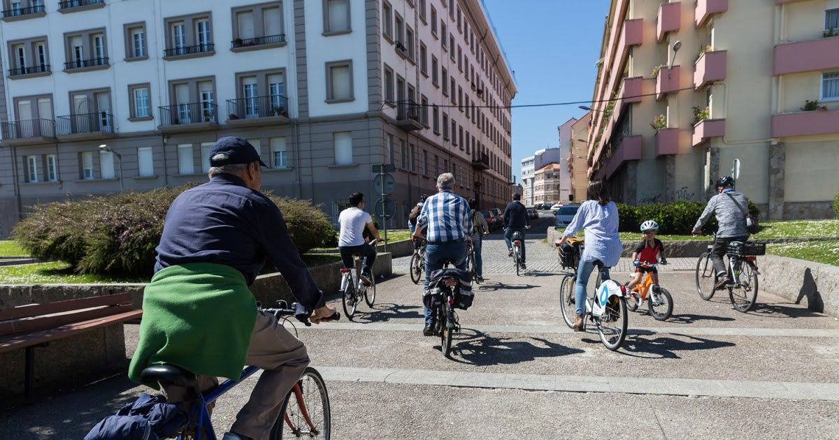 Xente en bicicleta na Coruña