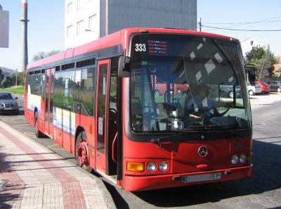 Autobús urbano de A Coruña en una parada.